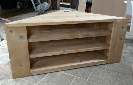 Hoekkast/tv-meubel met drie legplanken.