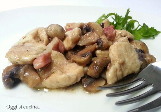 I bocconcini di pollo con funghi e pancetta sono un secondo piatto stuzzicante e molto saporito, semplice da preparare e anche piuttosto veloce.