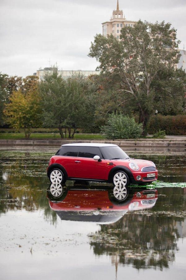 MINI проявил чудеса парковки, и был обнаружен в центре пруда в Парке Горького
