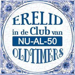 Tegel Erelid in de club van nu al 50 - Feestartikel 50 jaar. Een ouderwets tegeltje met de tekst: Erelid in de club van nu-al-50 oldtimers. | www.feestartikelen.nl