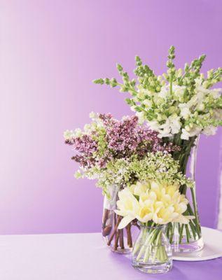 Centros de mesa primaverales: Moderno centro de mesa con tulipanes, lilas, y bocas de dragón