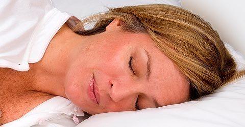 Monien ihmisten unelmatilanne voi olla se, että heidän ei tarvitsisi tehdä mitään ja paino vain putoaisi. Yleensä painonpudotusvinkit liittyvät siihen miten tulee treenata tai syödä. Nyt Daily Mail -lehti on paljastanut neljä vinkkiä, joiden avulla ihminen voi kuluttaa mahdollisimman paljon myös nukkuessaan. 1. Nuku alasti Alasti nukkuminen kulutt