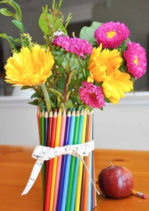 Eine Vase verziert mit #Buntstiften als Tischdekoration zum #Schulanfang #diy