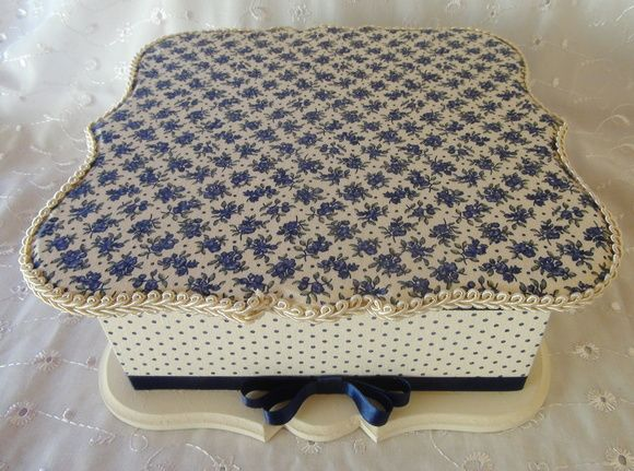 Caixa em MDF forrada com tecido 100% algodão. Detalhe em fita de cetim. R$ 80,00