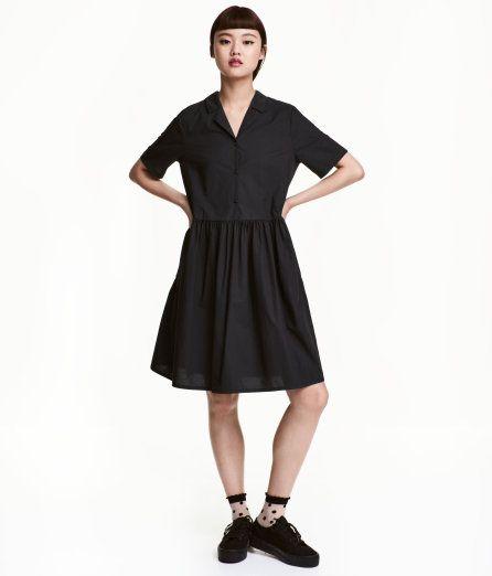 Sieh's dir an! Knielanges, weit geschnittenes Kleid aus Baumwollpopeline. Das Kleid hat einen V-Ausschnitt mit Kragen und kurzer Knopfleiste. Kurze Ärmel mit fixiertem Umschlag. Teilungsnaht in der Taille und ein geraffter Rock.   – Unter hm.com gibt's noch viel mehr.