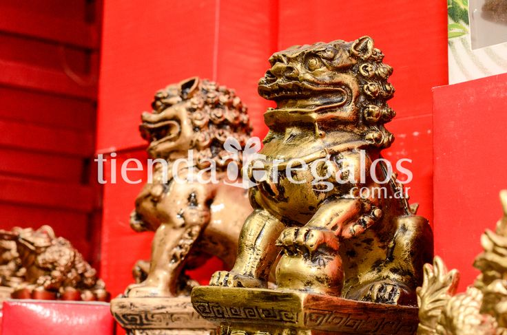 Mi genteee!!!!  Decoración feng shui en #TIENDADEREGALOS Perros Fu o los Leones de Buda * SÍMBOLO DE PROTECCIÓN * DEFIENDEN LOS LUGARES DONDE SE UBICAN * ANIMAL QUE ENCARNA EL CORAJE Y LA SABIDURÍA * REPRESENTAN EL YIN ( MUJER ) Y EL YANG ( HOMBRE ) * DISPONER DE MANERA QUE LAS BOLAS QUE APLASTAN SE VEAN JUNTAS SI SE LAS MIRA DE ADENTRO HACIA AFUERA Yo ya estaría llamando...Fu fu fu a las malas vibras !!! TIENDA DE REGALOS 📞 3548-437146 de 🕗 08:00 a  🕓16:00