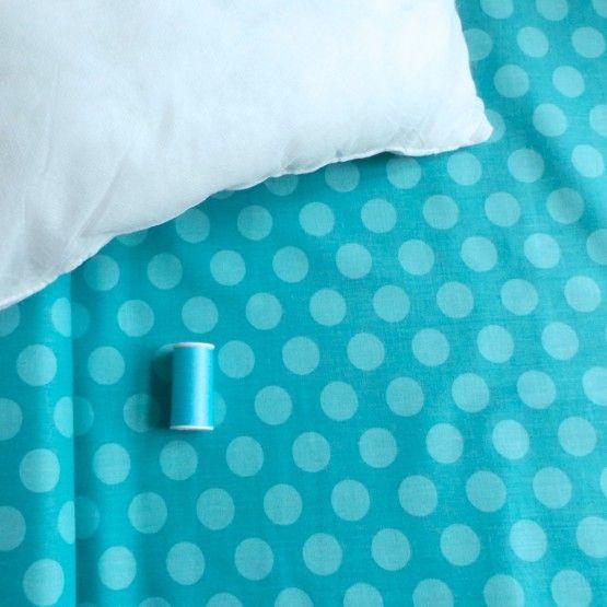 Een leuk DIY pakket voor jezelf of om cadeau te doen: maak je eigen kussen.stofStipBlauwGaren paarsbinnenkussen (40*40 cm)patroonEen eenvoudige manier om je eigen kussen te maken. Ga je voor het eerst aan de slag, ook dan kan je met dit patroon uit 1 stuk stof een leuk kussen maken.