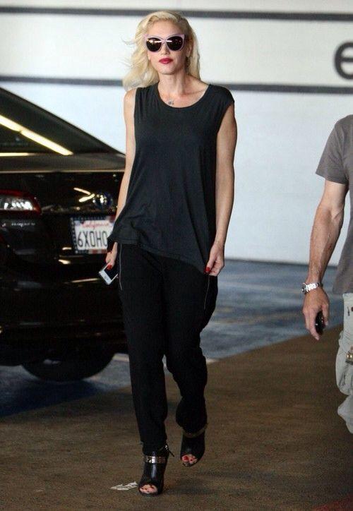 Celebrity Street Style    Picture    Description  Gwen Stefani.     https://looks.tn/celebrity/street-style/celebrity-street-style-gwen-stefani-3/