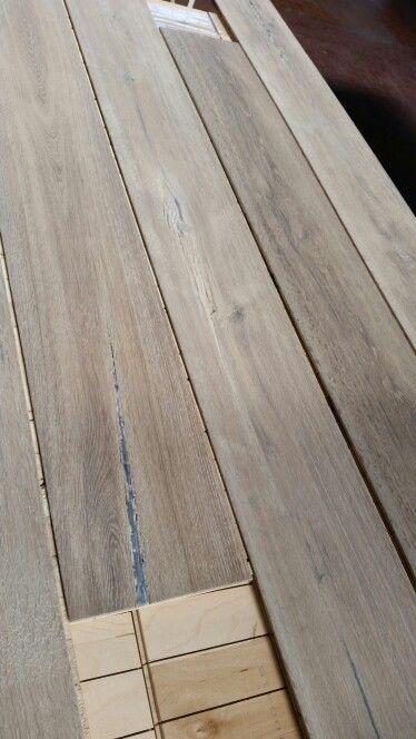 Rovere rustico stuccato e invecchiato a mano. Tinta grigio ossidazione naturale della quercia da pavimento in legno. Made in Parquet Sartoriale