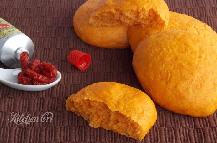 Panini morbidi al pomodoro una ricetta semplice per dei panini soffici che si conservano a lungo da servire con affettati o verdure