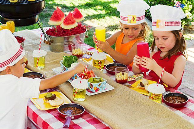 Детский стол на свадьбе, веселые колпачки для юных кулинаров