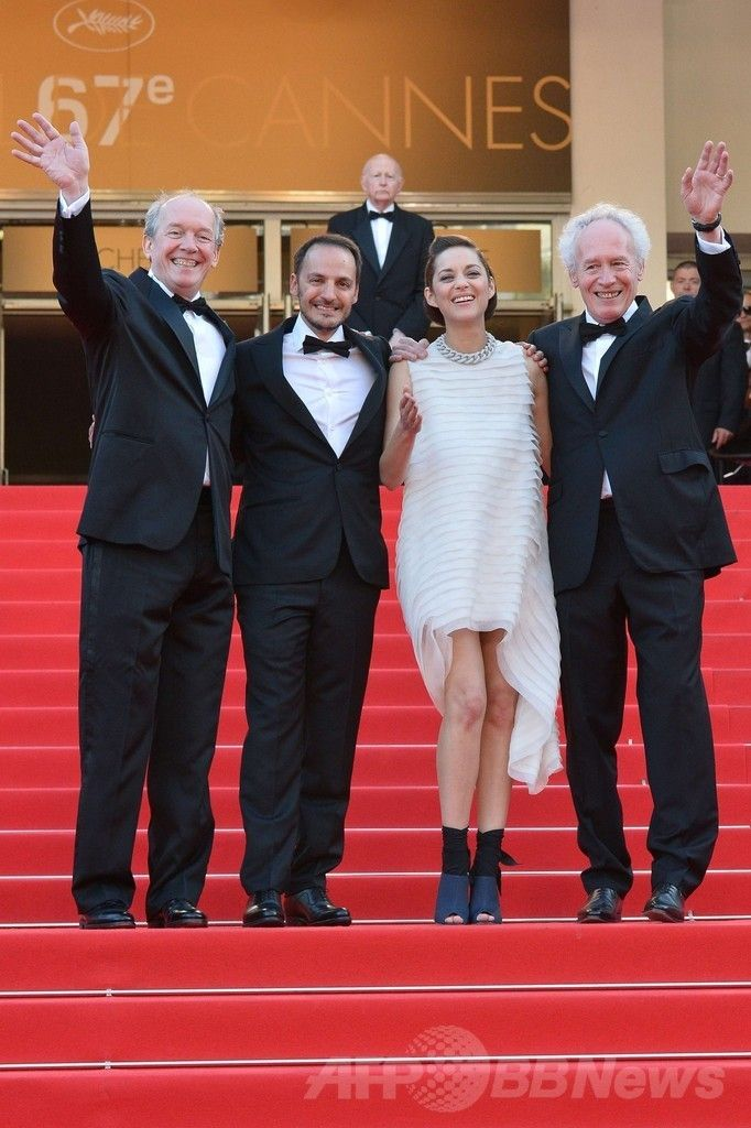 第67回カンヌ国際映画祭(Cannes Film Festival)で映画『Deux Jours, Une Nuit』の公式上映に出席した(左から)リュック・ダルデンヌ(Luc Dardenne)監督、俳優のファプリツィオ・ロンジョーネ (Fabrizio Rongione)、女優のマリオン・コティヤール(Marion Cotillard)、ジャン・ピエール・ダルデンヌ(Jean-Pierre Dardenne、2014年5月20日撮影)。(c)AFP/ALBERTO PIZZOLI ▼26May2014AFP|<第67回カンヌ国際映画祭>「クリスチャン ディオール」を着用したセレブをチェック! http://www.afpbb.com/articles/-/3015602 #Cannes_Film_Festival_2014 #Marion_Cotillard