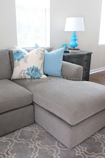gri koltuk ve mavi yastıklar ile dekorasyon