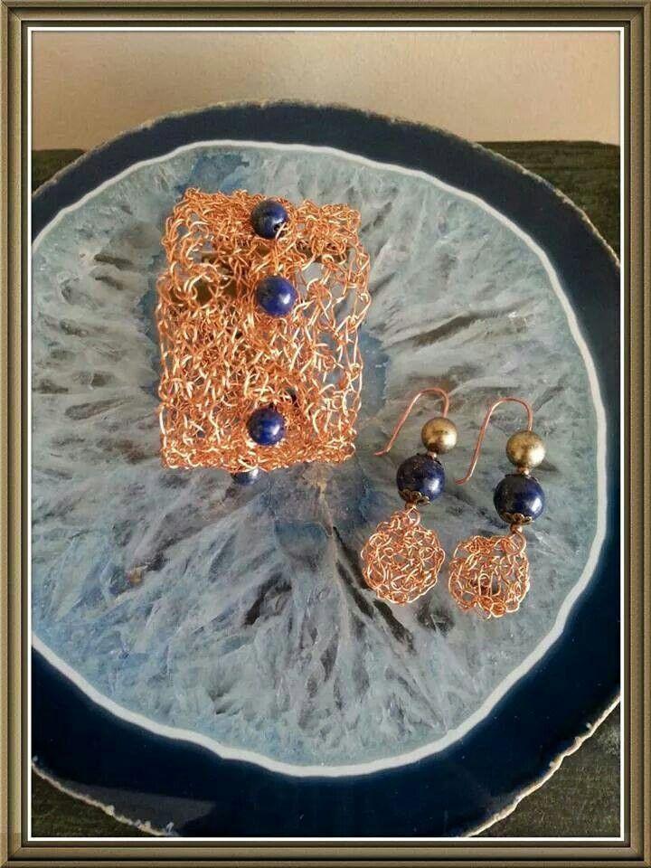 Pulsera y aros tejidos en hilo de cobre con piedras lapislázuli.