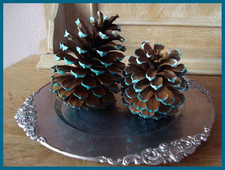Wintercadeautje 3 Winterdecoratie, Grote dennenappels in de kleur blauw/wit. Set van 2 € 3,50. Check onze site of dit product nog verkrijgbaar is!
