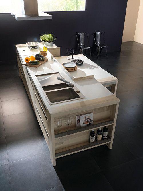 Cuisine Attitude créée par Marc Moreau intégrant un espace repas en contrebas dans son ilot central