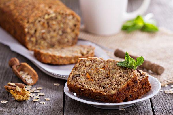 Το Γλυκό ψωμί με Μπανάνα και Καρότο είναι μια εξαιρετική εναλλακτική λύση σε όποιον θα ήθελε να προσθέσει μια γλυκιά γεύση στη διατροφή του, αντί για το γνωστό και «πλούσιο» σε θερμίδες κέικ. Ακολουθεί μια εύκολη και γρήγορη συνταγή, πλούσια σε θρεπτικά συστατικά, με λίγη ζάχαρη και χαμηλή σε θερμίδες.