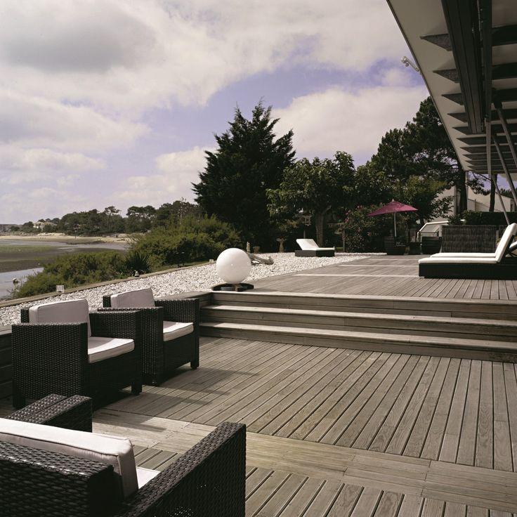 Gravier blanc et lames en pin font bon ménage sur votre terrasse !