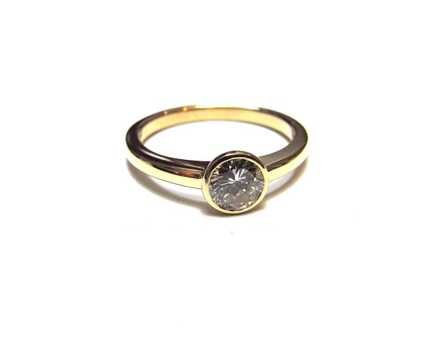 ダイヤモンドの指輪をリフォームしました。  姫路市にお住まいのK様からの御依頼です。  立て爪のダイヤモンドリングを普段付けしやすい  デザインにリフォームして欲しいとのご要望でした。  18金でカジュアルな洋服にもあう指輪に完成しました。