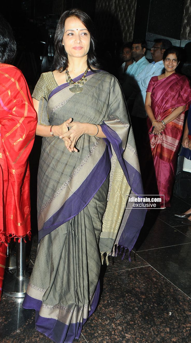 Oh how effortlessly she carries this simple handloom saree....