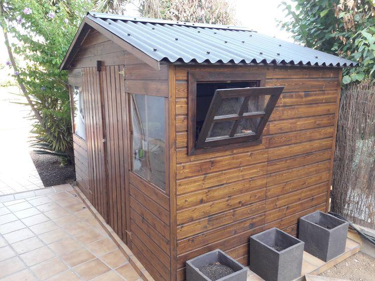 Caseta de madera Fresno, personalizada con techo asfáltico y ventana lateral de apertura. Utilizada la pintura protectora para madera marca Hortum