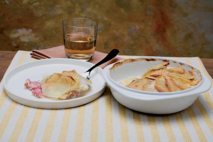 Valle d'Aosta - Gratin di cotto e fontina - Ingredienti: prosciutto cotto a fette, fontina, patate medie, cipolle, latte, pangrattato, burro,  sale, pepe - Preparazione: http://www.cucchiaio.it/ricetta/ricetta-gratin-domenica