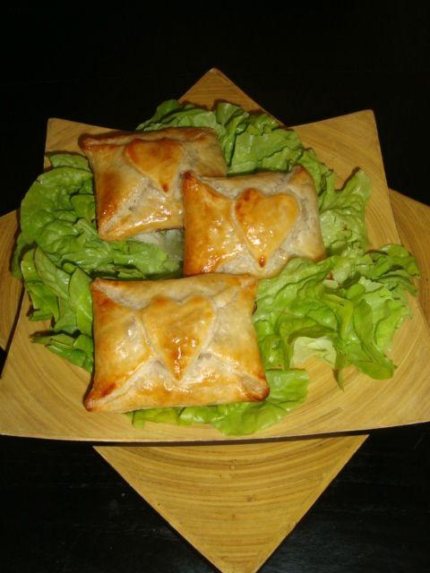 Pour 8 feuilletés : 2 pâtes feuilletées 1 jaune d'oeuf + 1 peu de lait pour dorer Pour la garniture : 100 g de viande hachée 1...