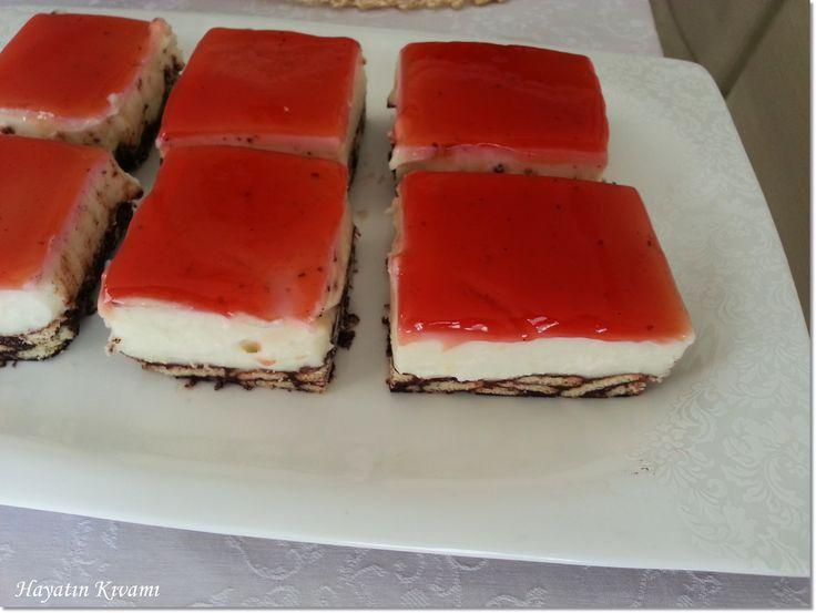 Tabanındayumurtasız bir mozaik pasta, üzerinde tavuk göğsü ve orman meyveli sos: http://hayatinkivami.blogspot.com.tr/2016/02/mozaik-tabanli-tavuk-gogsu.html