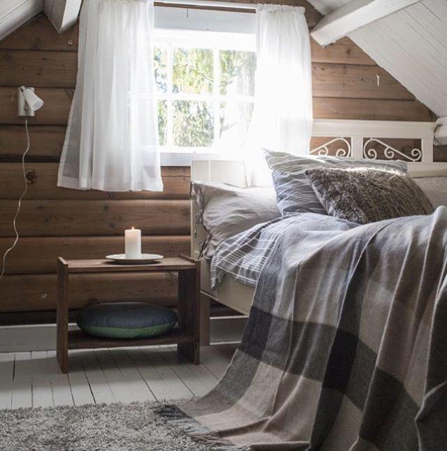 Så enkelt og likevel så lunt og innbydende. Tekstiler kan gjøre mye med et rom! Use textiles to create a warm atmosphere. Foto: @brevdue_1001rom.no #hytteliv #hyttekos #bladethytteliv #soverom #hyttesoverom #interiør #hytteinteriør #inspirasjon #hytteinspirasjon #cabin #cottage #nordic #nordicinspiration #scandinavia #scandinavian #simple #simplelife