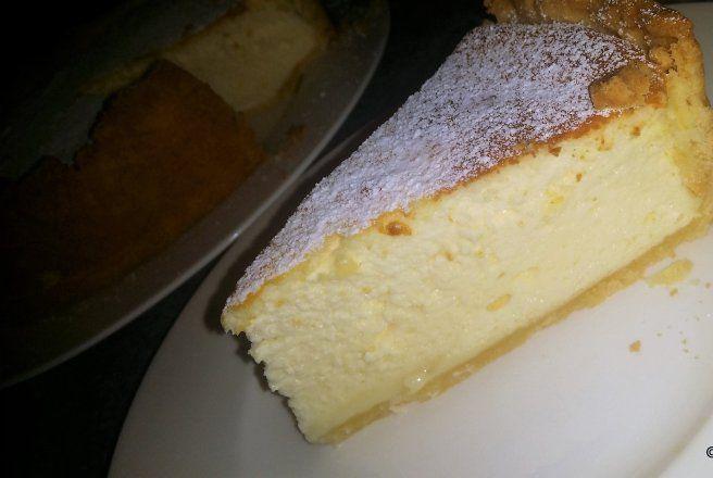 INGREDIENTE<br > Aluat dulce:<br > 250 g de făină<br > 125 g unt moale<br > 1 ou<br > 75 g zahăr<br > extract de vanilie<br > 1 varf de sare<br > Crema de brânză albă:<br > 500 g de