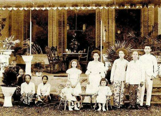 1910. Dutch family with baboe.