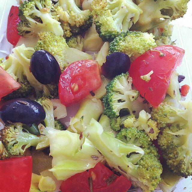 Groente salade met gestoomde broccoli  1/3 broccoli (gestoomd) 2 tomaten 8 (zwarte) olijven Eetlepel olijfolie  Theelepel Italiaanse kruiden  1/2 theelepel citroensap 1 takje rozemarijn   Bewaren in de koelkast, Erg lekker als lunch
