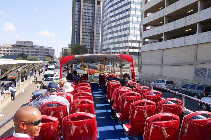 Mit dem City Sightseeing Bus durch Johannesburg Zwischenstopp in Johannesburg! Was machen? Ich buchte dort zwei Nächte und wollte wenigstens einen Tag etwas von Johannesburg sehen. Da es nicht besonders ratsam ist durch Johannesburg zu laufen, habe ich mich für die Fahrt im roten Hop-On Hop-Off City Sightseeing Bus entschieden.  https://www.overlandtour.de/city-sightseeing-bus-johannesburg/ ...