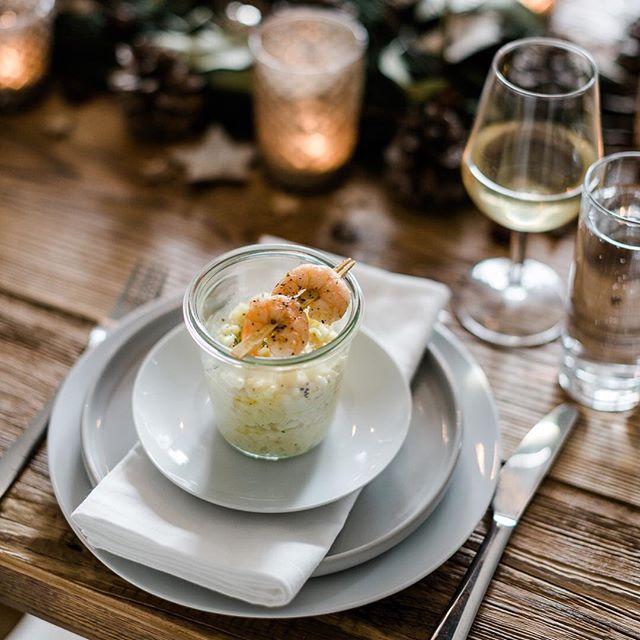 Werbung // Nehmt Platz, ich serviere euch die Vorspeise meines diesjährigen Weihnachtsmenüs. Es gibt Risotto im Glas mit getrüffelten Orangen-Garnelen am Spieß ❤️ Das Rezept und meine weihnachtliche Tischdeko findet ihr jetzt auf dem Blog. Dickes Merci an Escal Premium Seafood für die schöne Zusammenarbeit! #weihnachtsliebelei