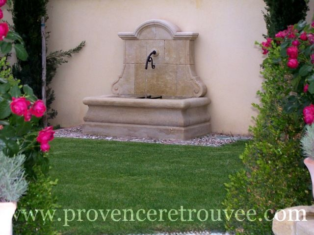 Fontaine de jardin contre un mur fonctionnant en circuit fermé.