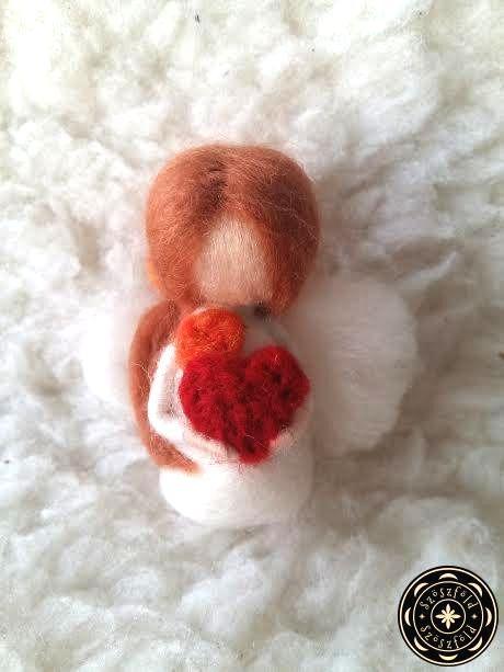 Gyapjúangyal szívvel