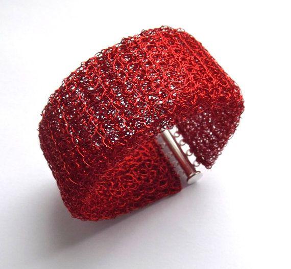 Ich Gestricken dieses schöne Armband in einem Rohr-Shape aus einer sehr feinen rot Kupfer Lackdraht. Um zu geben, es Konsistenz verdoppelte ich, so gibt es zwei Röhren ein ineinander.Dadurch entsteht eine spezielle Struktur verleiht diesem Armband Dicke und einzigartigen Look. Um es einfach, es zu tragen befestigt mit einem magnetischen Folie-Verschluss. Das Armband ist 19 cm lang und 3,8 cm breit. Dieses elegante Stück Draht häkeln Schmuck kommt in einer Geschenkbox mit einem Band. ...