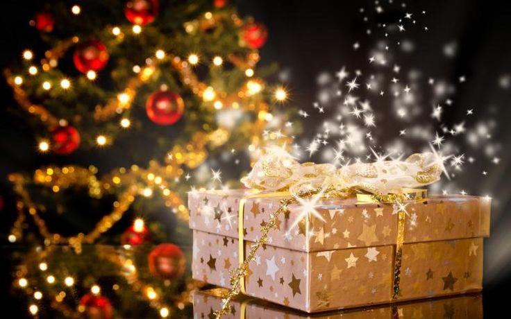 Если у Вас еще не праздничное настроение, вот несколько рекомендаций, которые помогут Вам погрузиться в эти энергии)) 1. Обращать внимание на нарядные витрины магазинов, и украшенные елочки, улыбаться этому и может сделать фотосессию их. Так в прошлом году моя сестра сделала небольшую подборку Московских ёлок)). 2. Самому украсть свой дом новогодними украшениями. Например достать из кладовки искусственную елку (я против живых ел…