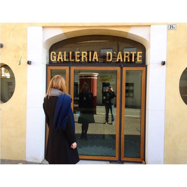 Finalmente l'insegna della storica Galleria è tornata al suo posto, riappenderla lì dov'era stata per tanti anni è stata un'emozione indescrivibile.  Questa primavera traslochiamo in via Roma 21  Il nostro progetto inizia a prendere forma.  #NewLocation #ComingSoon