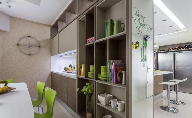 Ciudaris Inmobiliaria | Cómo dividir los espacios en tu depa  | División con muebles | Esta cocina fue dividida entre el refrigerador, isla y mesón, pero las áreas de comedor están juntas. Usando uno de los muebles para colocar la vajilla, el diseñador ha aprovechado todo el espacio disponible.
