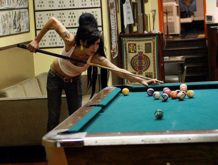 Amy Winehouse playing pool