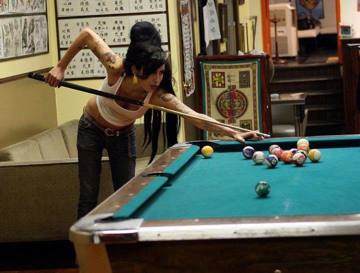 Amy Winehouse playing pool