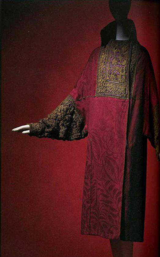 Манто. Поль Пуаре, 1923. Темно-розовая шелковая жаккардовая ткань с цветочным орнаментом, воротник, стойка и рукава из пурпурного шелкового атласа с золотой вышивкой, рукава «долман».