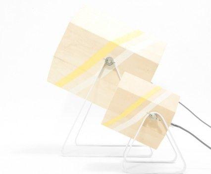Duo XL en Medium  Houten lamp met gele en witte band in een wit gepoedercoat stalen frame.  In de maten XL en Medium.  De Spotlight wordt op de showUP beurs eind augustus geïntroduceerd en is vanaf september 2016 te koop. Meer informatie volgt!