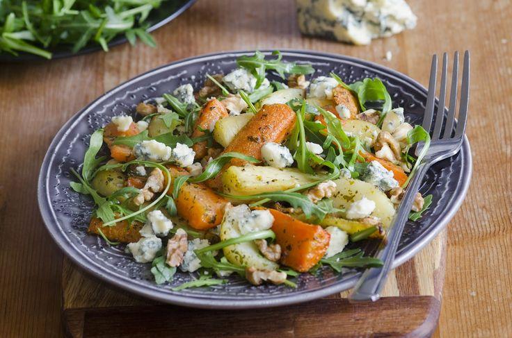 Salade met geroosterde wortelgroenten, rucola en blauwe kaas en walnoten #gezond #bio #biologisch #vega #vegatarisch #food #maaltijdbox #thuisbezorgd #haarlem