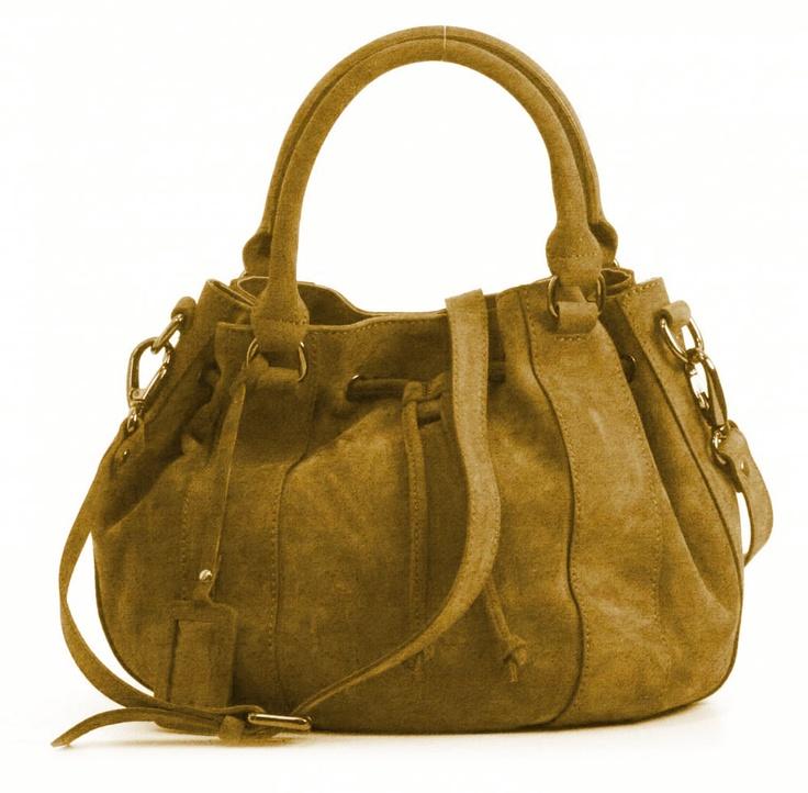 And 5, leren dames tas met verstelbare schouderriem en twee hengsels. De tas sluit door middel van een veter- en een magneetsluiting.