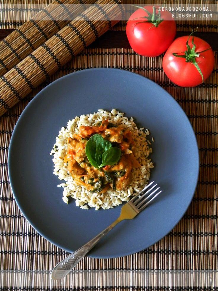 czyli o tym, że zdrowe jedzenie nie musi być nudne :): Pierś z kurczaka z pomidorami, szpinakiem i mlekiem kokosowym