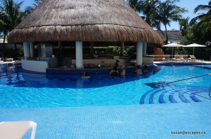 Isla Mujeres Palace, the swim up bar