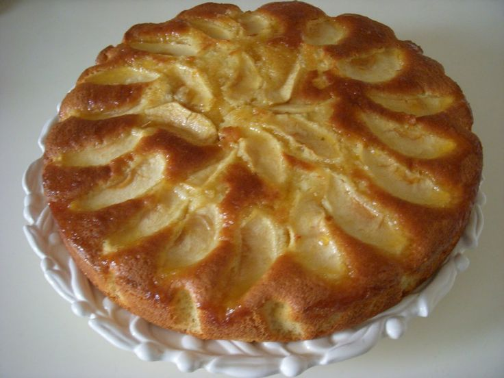 Elmalı kek çok nefis bir kek tarifidir. Elmayla buluşan bu nefis lezzeti yapıp denemelisiniz. Elma başlı başına çok faydalı bir meyvedir.