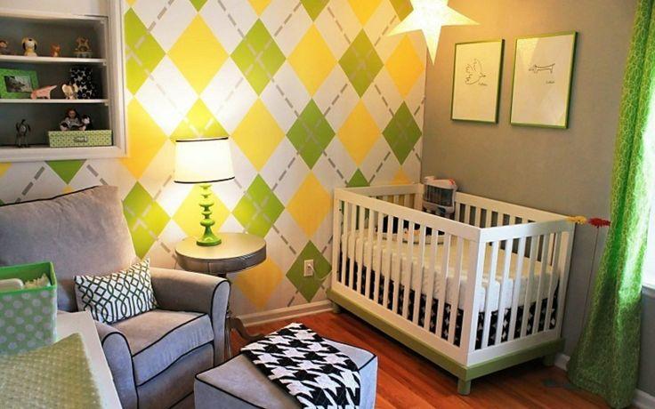 papier peint multicolore à motifs losanges, lit de bébé en bois blanc et sol en parquet massif
